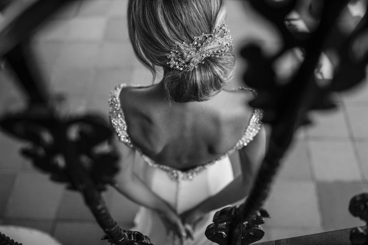 Fotógrafos Torrelavega Novia de espaldas mostrando peinado en el día de su boda