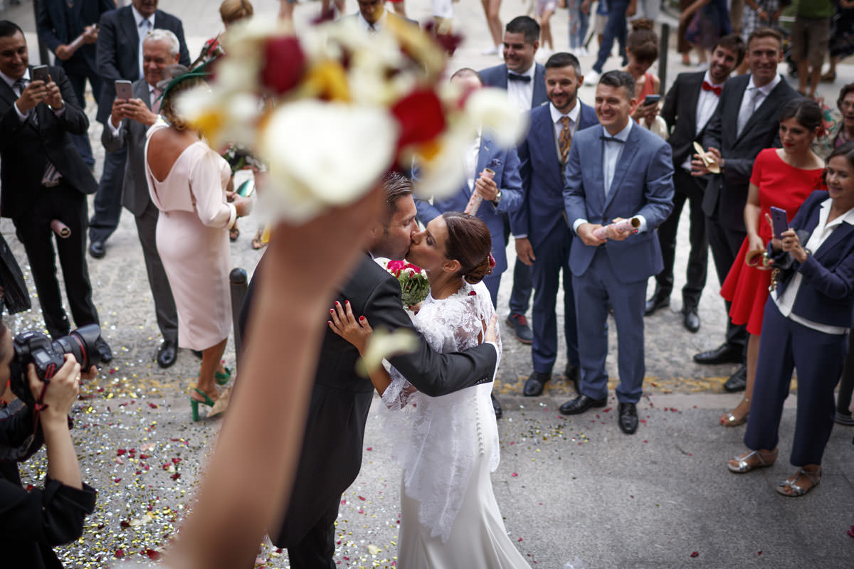 Fotógrafos Torrelavega Novios besándose al salir de la ceremonia de boda